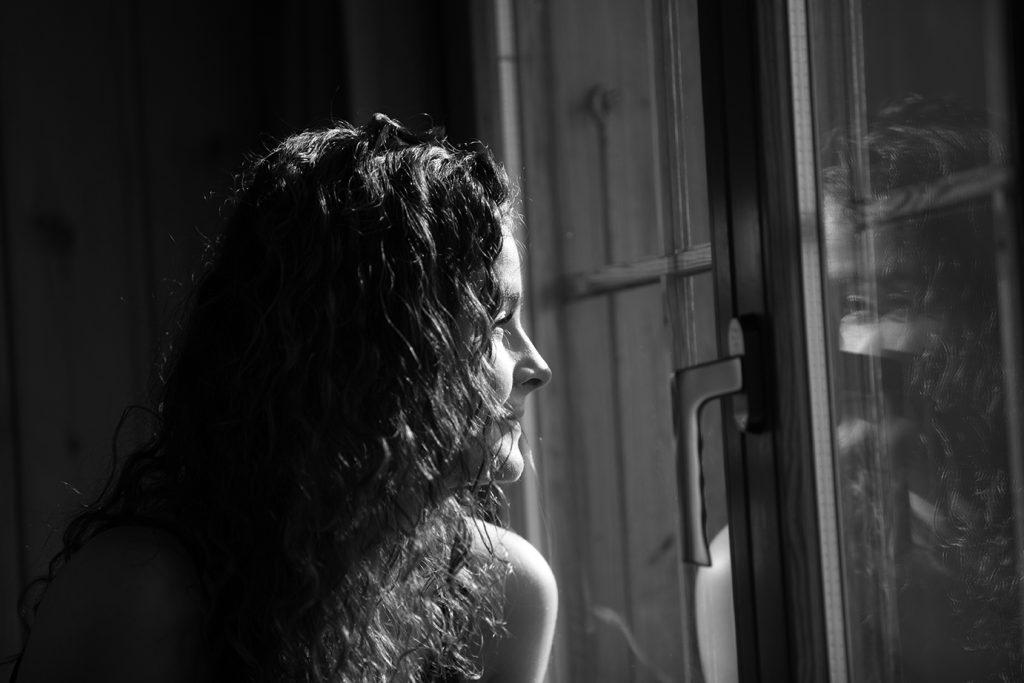 """MIROIR INTÉRIEUR : """"Arrête-toi et laisse la Lumière révéler le véritable reflet de ta vie."""" Le murmure du silence."""