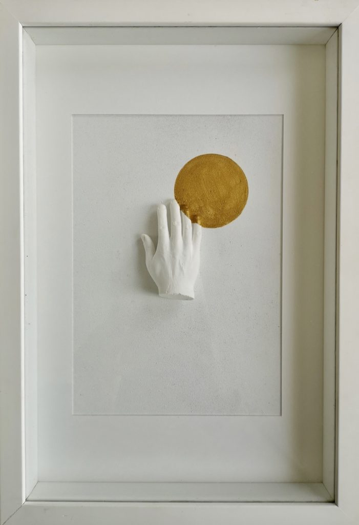 Série : Love vs fear Titre : hand of love 1 Dimension: 22 x 32 cm (encadrée) Technique: Sculpture en platre, peinture acrylique  Date de création: 2019