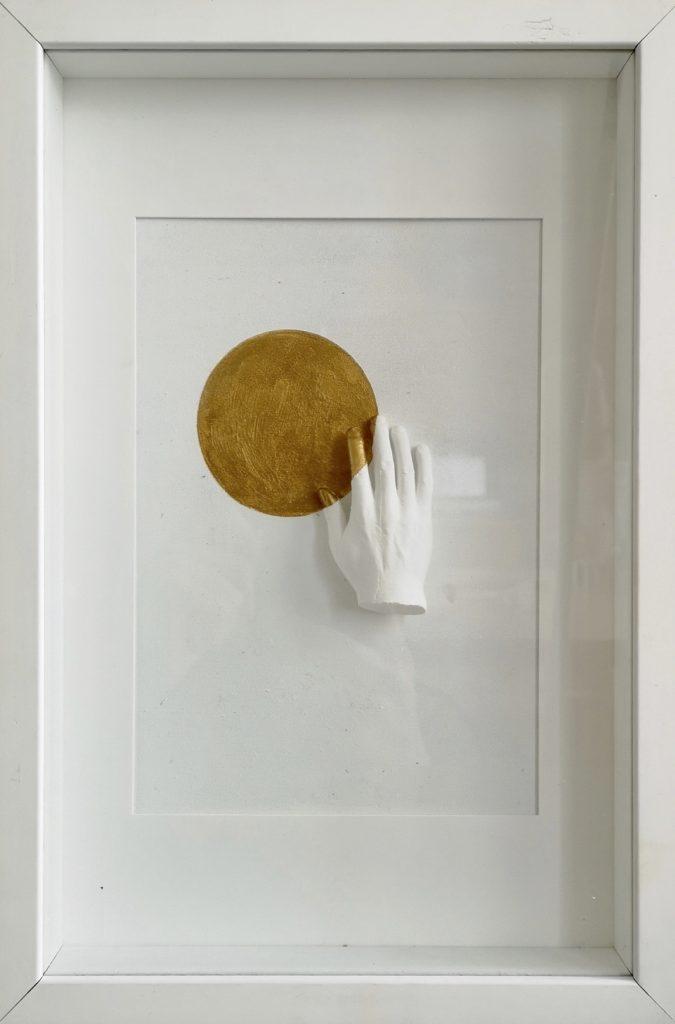 Série : Love vs fear Titre : hand of love 2 Dimension: 22 x 32 cm (encadrée) Technique: Sculpture en platre, peinture acrylique  Date de création: 2019